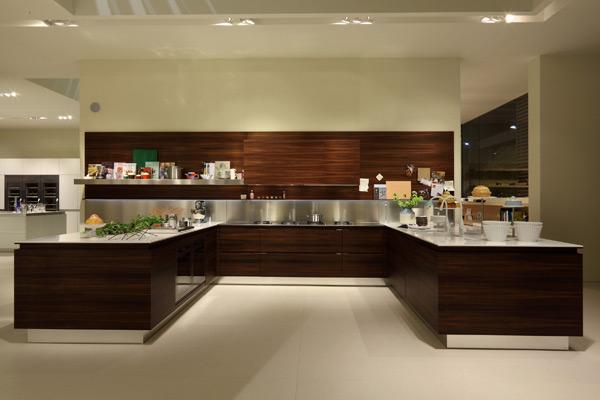 Cucina Highteck realizzata con piano di lavoro in Corian®
