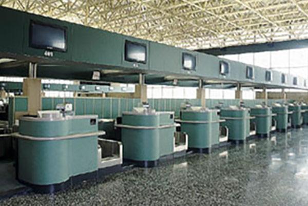 Allestimento aeroporto Malpensa - Progetto in Corian® Arredo Banco Check in